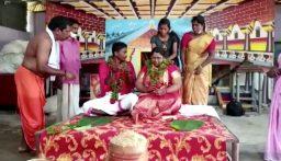 """بالفيديو: هنديان يتوجهان لزفافهما بـ""""قدر طعام""""!"""