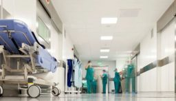 استخراج هاتف محمول بقيّ في معدة مريض نصف عام