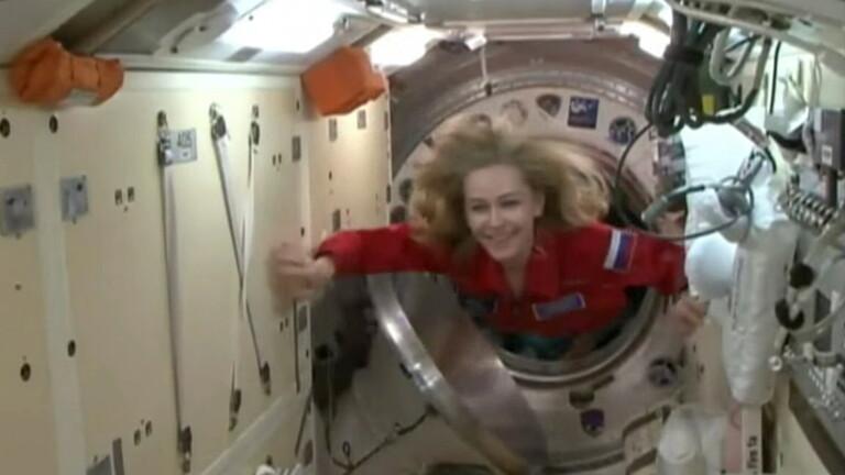 رائد فضاء يترك حجرته في المحطة الفضائية للممثلة يوليا بيريسيلد