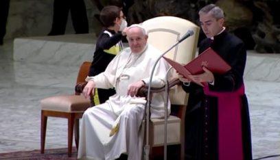 بالفيديو: طفل حاول الحصول على قلنسوة البابا فرنسيس… وهذه كانت النتيجة